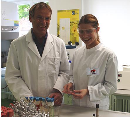 Lehrkraft Herr Dr. Wiedemann und Schülern Alexandra Zerbe