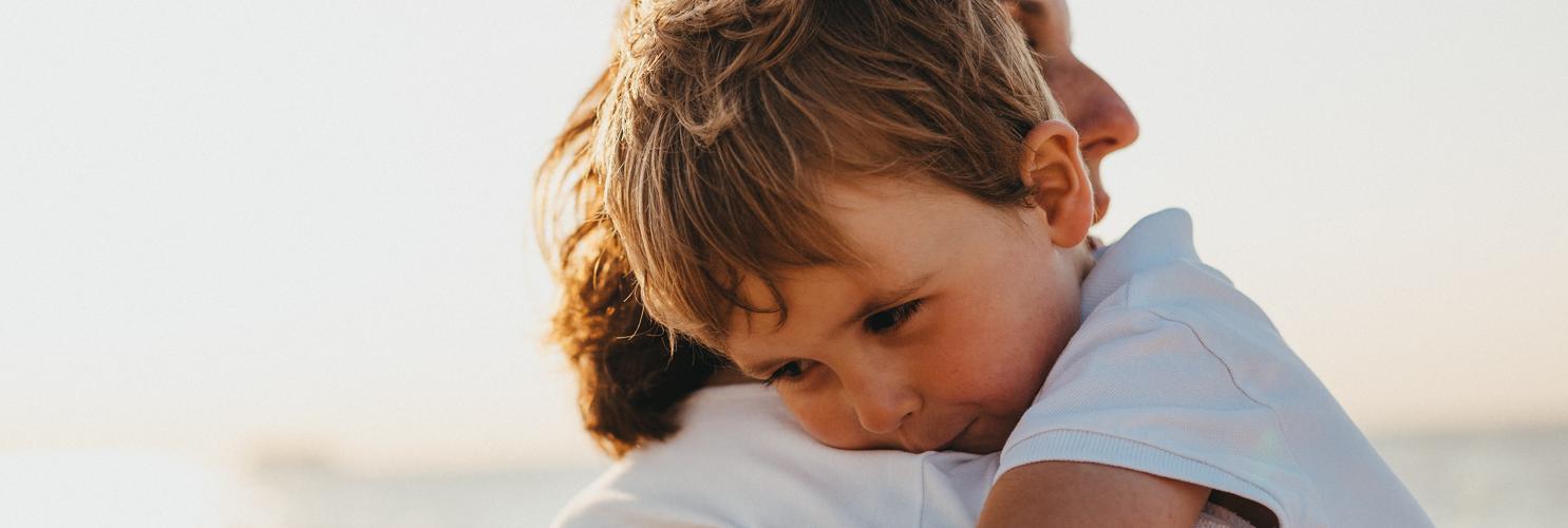 Frau hält Kind im Arm